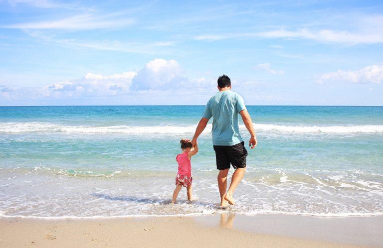 vader en dochter aan strand