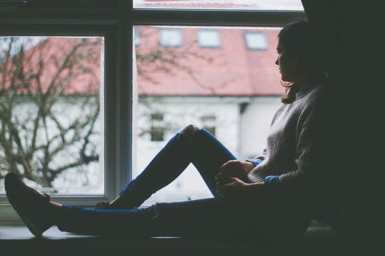 meisje voor raam